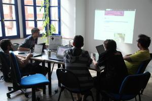 Jeff Warren de Public Lab durante el encuentro en WikiToki